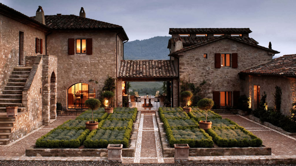 courtyard-of-a-house-in-italy-with-two-buildings-l